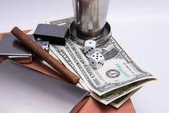 Alkohol grelles cigard Feuerzeugmatch zippo Glaswürfel-Dollarschein-Holzbeschaffenheit stockfotografie