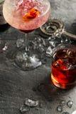 Alkohol i ett exponeringsglas på en mörk stenbakgrund Royaltyfri Bild