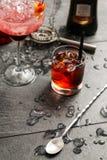 Alkohol i ett exponeringsglas på en mörk stenbakgrund Royaltyfri Foto