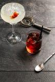 Alkohol i ett exponeringsglas på en mörk träbakgrund Royaltyfria Foton