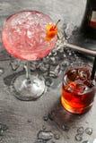Alkohol i ett exponeringsglas på en mörk träbakgrund Arkivbild