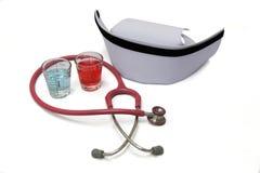 Alkohol im Schalen- und Stethoskop- oder Krankenschwesterhut Stockfotos