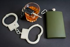Alkohol im Strassenverkehr Alkohol, Auto, Handschellen stockbilder