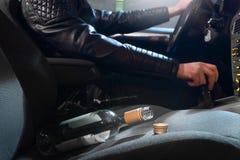 Alkohol- im Strassenverkehrkonzept Junger Mann, der Auto unter Einfluss fährt stockbild