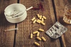 Alkohol mit Droge und Zigaretten lizenzfreie stockfotos