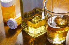 Alkohol mit Pillen Lizenzfreies Stockbild