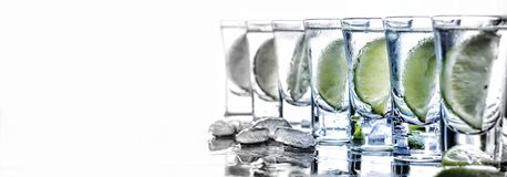 Alkohol mojito, drink, coctail, stång, limefrukt, vit bakgrund arkivbild