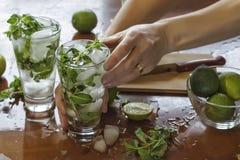 Alkohol, napój, koktajl, zimno, chłodno, zielenieje, zamraża, sok, wapno, mennica, mojito, lato, cytrus, napój rumowy, świeży, ow obraz royalty free