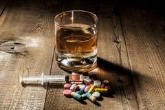 Alkohol- och preventivpillerböjelse Arkivfoton
