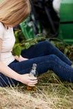 Alkohol- oder Drogenmissbrauch am Steuer, schlafend, getrunkene Frau Lizenzfreie Stockbilder
