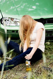 Alkohol- oder Drogenmissbrauch am Steuer, schlafend, getrunkene Frau Stockbild
