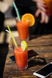 Alkohol orange Daiquiricocktail auf Strandbar lizenzfreies stockbild