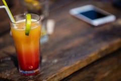 Alkohol orange Daiquiricocktail auf Strandbar stockbilder