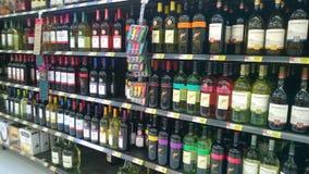 Alkohol på lagerhyllor royaltyfri foto