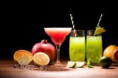 alkohol pije z wapnem, granatowem i kostkami lodu na stole, obrazy royalty free