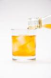 Alkohol som flödar från flaskan Arkivfoton