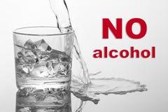 Alkohol som häller i exponeringsglas på vit ingen alkohol Arkivbild