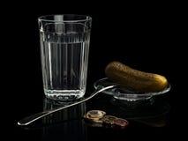 Alkohol w szkle z przekąską i euro monetami. Zdjęcie Stock