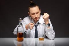 Alkohol zależność w mężczyzna zdjęcia stock