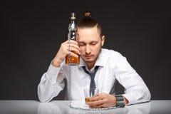 Alkohol zależność w mężczyzna obrazy royalty free