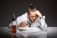 Alkohol zależność w mężczyzna zdjęcie stock