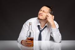 Alkohol zależność w mężczyzna fotografia stock