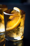 Alkoholcocktail mit Weinbrand, Whisky, Zitrone und Eis in den kleinen Gläsern Stockfotografie