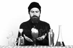 Alkoholcoctail Hållande alkoholdryck för brutal caucasian hipster eller ny coctail Royaltyfria Foton