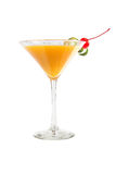 Alkoholcoctail i ett martini exponeringsglas på en vit bakgrund royaltyfria foton