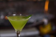 Alkoholcoctail i exponeringsglas på stången för parti Royaltyfria Bilder