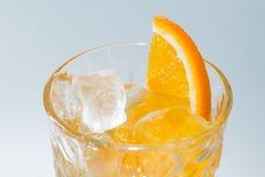 Alkoholcoctail med bästa sikt för apelsin och för is Royaltyfri Fotografi