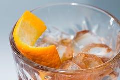Alkoholcoctail med bästa sikt för apelsin och för is Royaltyfri Bild