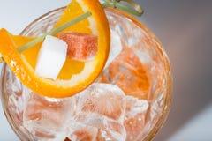 Alkoholcoctail med bästa sikt för apelsin och för is Royaltyfria Bilder