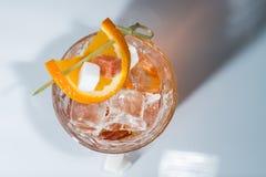 Alkoholcoctail med bästa sikt för apelsin och för is Arkivfoto