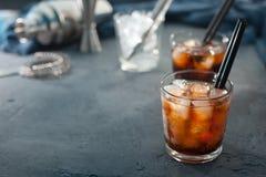 Alkoholcoctail med cola och is Royaltyfri Fotografi