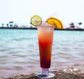 Alkoholcoctail på stranden Royaltyfria Bilder