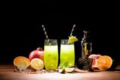alkoholcoctailar med limefrukt, iskuber och mintkaramellen royaltyfri foto
