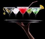 Alkoholcoctailuppsättning på ett uppassaremagasin royaltyfri bild