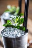Alkoholdryck för coctail för mintkaramellsötad medicintillsats på träbräde i bar eller beträffande Arkivbilder