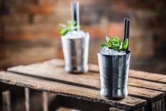 Alkoholdryck för coctail för mintkaramellsötad medicintillsats på träbräde i bar eller beträffande Royaltyfri Bild