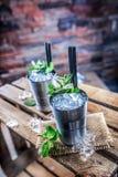 Alkoholdryck för coctail för mintkaramellsötad medicintillsats på träbräde i bar eller beträffande Royaltyfria Foton