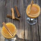 Alkoholdryck med orange fruktsaft och kanel Arkivfoto