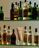 Alkoholflaschen an der Kneipe stockfotos