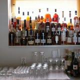 Alkoholflaschen in einer Stange lizenzfreie stockfotos