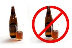 Alkoholflaschen und Glas des Alkohols und des Stoppschildes auf weißem Hintergrund Lizenzfreie Stockfotografie
