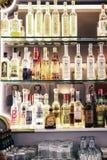 Alkoholflaskor i en stång Royaltyfria Foton
