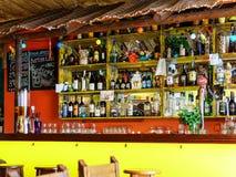 Alkoholflaskor på restaurangdrinkstång Arkivbild
