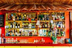Alkoholflaskor på restaurangdrinkstång Royaltyfri Foto