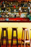 Alkoholflaskor på restaurangdrinkstång Royaltyfri Fotografi