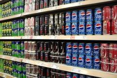 Alkoholfreie Getränke und Getränke im Supermarkt Lizenzfreies Stockbild